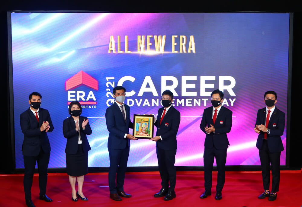 Mr Desmond Tan, Minister of State for Home Affairs & Sustainability and the Environment, receiving a token of appreciation – a painting from the beneficiary of The Business Times Budding Artists Fund – from Mr Jack Chua, Chief Executive Officer of ERA Singapore. From Left to Right: Gary Lau, Chief Agency Director, Doris Ong, Chief Operating Officer, Desmond Tan, Minister of State for Home Affairs & Sustainability and the Environment, Jack Chua, Chief Executive Officer, Marcus Chu, Chief Operating officer and Kevin Lim, Chief Agency Director.